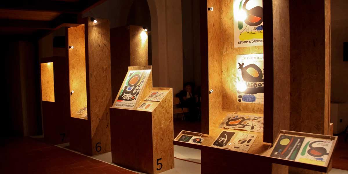 """Allestimento della mostra milanese """"Mirografie"""", che a Milano nel 2012 espone 15 interi progetti di comunicazione realizzati da Joan Miró."""