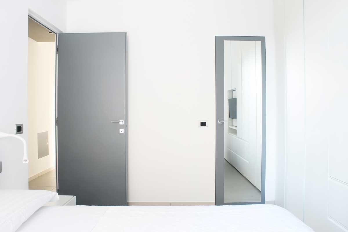 Porta a specchio in camera da letto