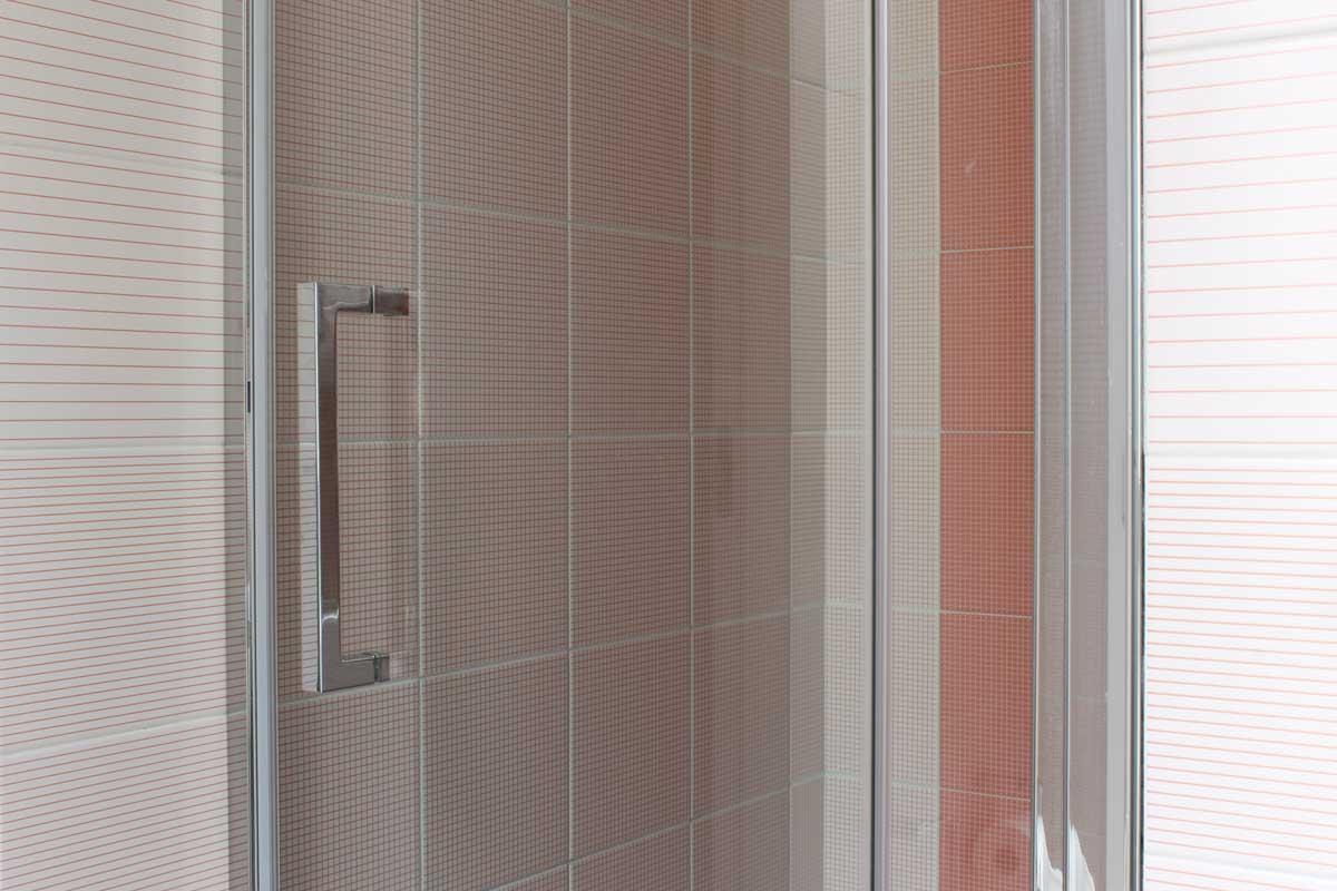 Piastrelle a righe e quadri in doccia