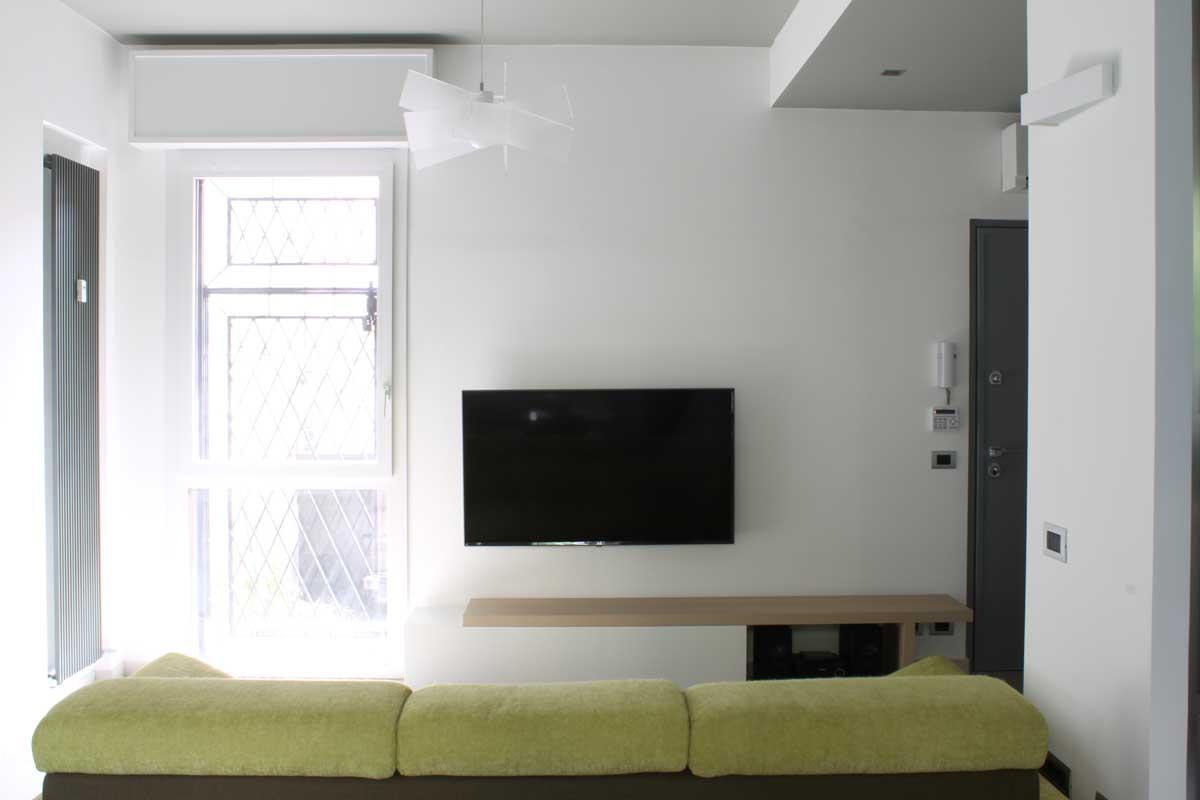 Soggiorno e tv in appartamento con giardino