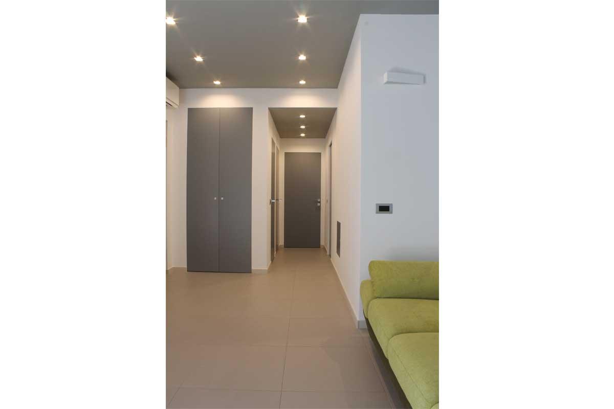 Corridoio illuminato in appartamento ristrutturato