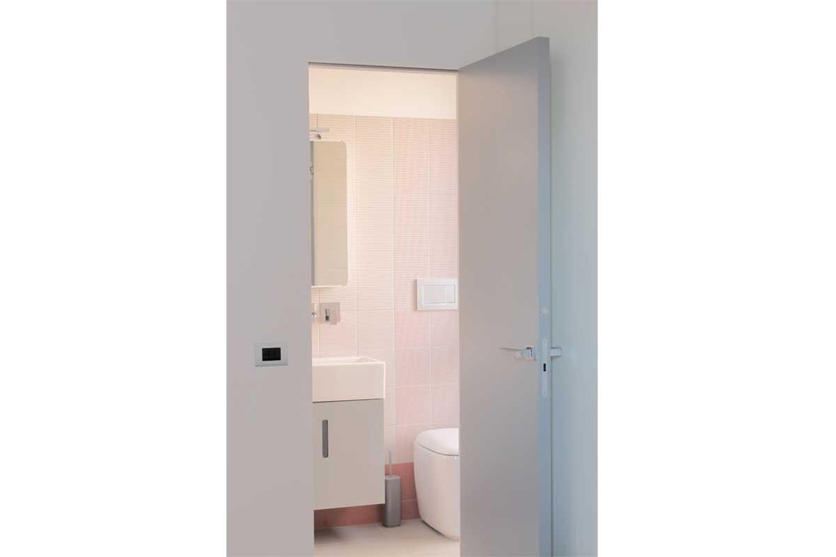 Bagno in camera da letto con porta a specchio