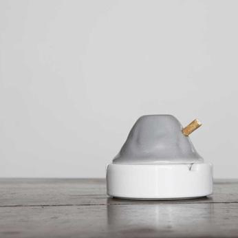 Portacenere finto pieno: Alt occupa lo spazio simbolico del posacenere senza la necessità di fumare. Forse è un fossile, che si è fermato per ricordare. Forse non è un posacenere, e ferma il fumatore.
