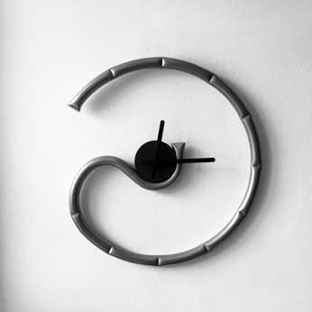 Rap è un orologio da parete disegnato da Francesco Ruffa e prodotto da Officinanove. Dimensioni: 46,7 x 50,0 x 2,5. Materiale: tubo di acciaio.